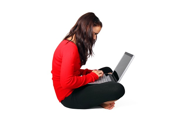 dziewczyna przed laptopem
