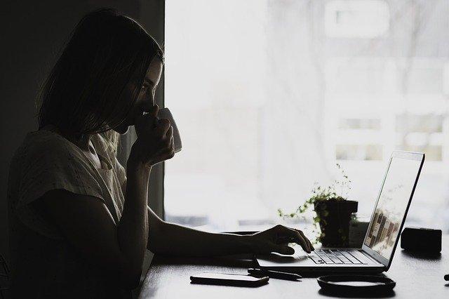 Dziewczyna pracująca na laptopie