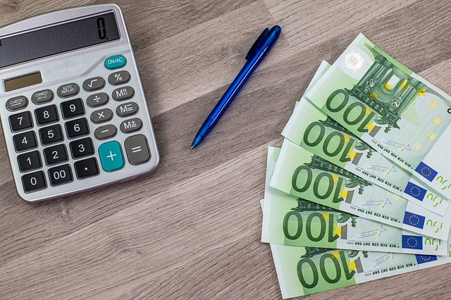 banknoty i kalkulator na stole